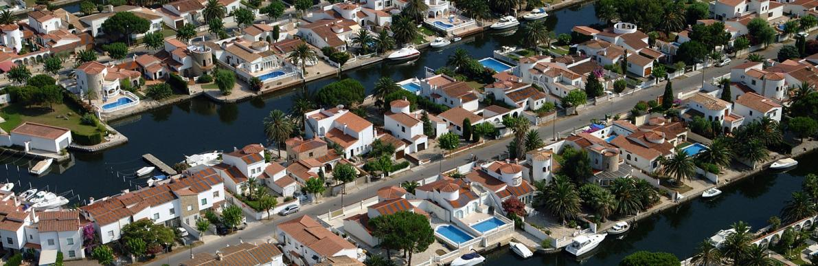 Houses and villas with moorings in Empuriabrava on the canals