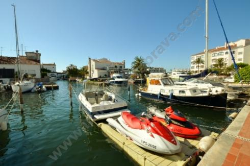 EMPURIABRAVA: Apartment with one-bedroom private mooring for sale